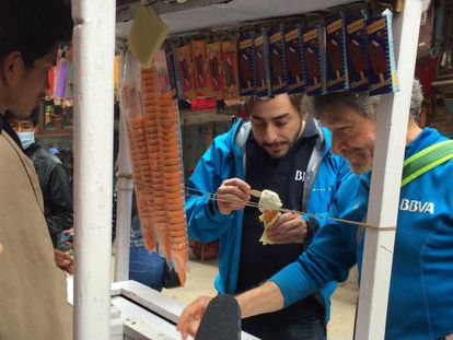Jordi Roca (izquierda) y Carlos Soria, en un puesto callejero de helados en Katmandú.