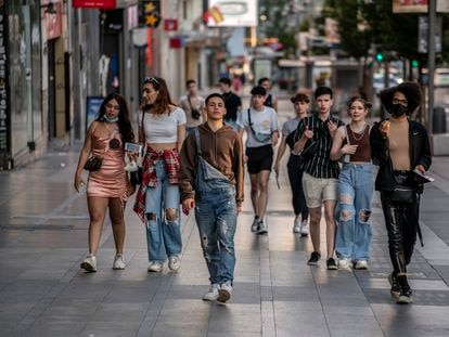 Un grupo de jóvenes en la Gran Vía de Madrid, el pasado sábado.