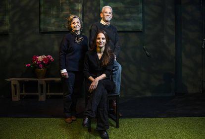Sentada, María Pastor. De pie,Teresa Valentín Gamazo y Juan Pastor, en el Espacio de la Guindalera.