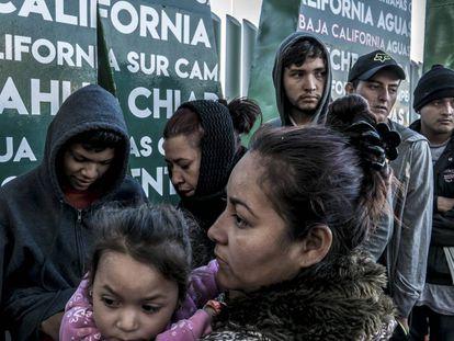 Migrantes afuera de el puente fronterizo El Chaparral en espera de anotarse para pedir asilo.