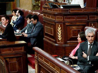 Adolfo Suárez Illana se gira en su escaño, durante la intervención de la portavoz de EH Bildu en el Congreso, Mertxe Aizpurua.