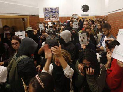 Algunos de los jóvenes que este miércoles han boicoteado la conferencia.