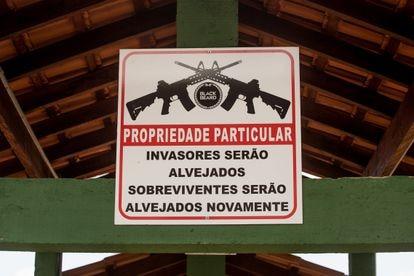 Un cartel en un club de tiro brasileño advierte de que los invasores serán considerados objetivo y los supervivientes también.