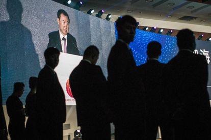 Una pantalla muestra al empresario durante uno de sus discursos