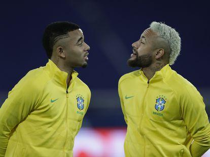 Gabriel Jesus y Neymar platican antes del partido entre Brasil contra Colombia.