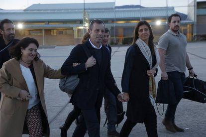 Sandro Rosell, junto a su familia, sale de la cárcel el pasado mes de febrero.
