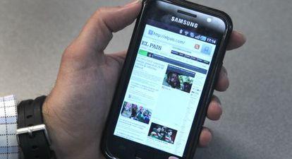 Un usuario de un Samsung Galaxy navega en la web de EL PAÍS.