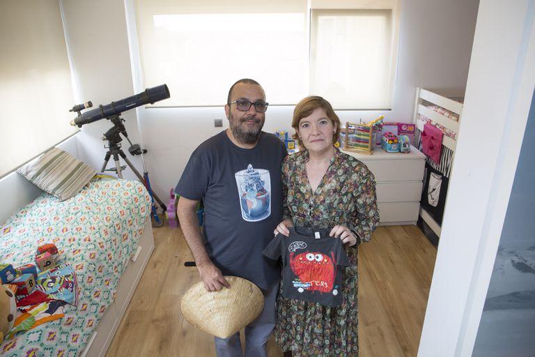 Carmen Rodríguez y José Carlos Alcaraz, que se han quedado a las puertas de viajar a Vietnam para recoger a su hijo adoptivo, posan en su casa de Málaga.