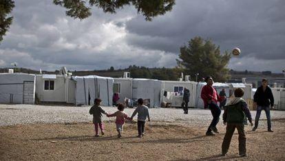 Unos niños sirios juegan al fútbol en el campo de refugiados de Ritsona, en Grecia, el 21 de enero de 2021.