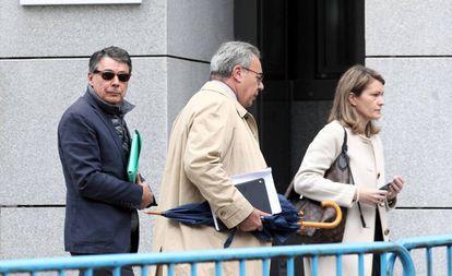 Ignacio González, a la izquierda, llega a la Audiencia Nacional el pasado 17 de octubre para declarar en el 'caso Púnica'.