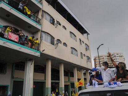 El candidato presidencial por CREO-PSC, Guillermo Lasso, durante un recorrido por Guayaquil, este jueves.