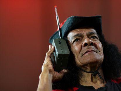 Un hombre escucha radio en Río de Janeiro.