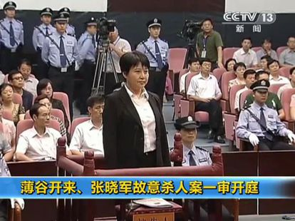 Una imagen de la televisión china que muestra a Gu Kailai, esposa del exdirigente Bo Xilai, en el juicio.