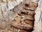 Cuerpos exhumados junto a la muralla de Almazán que aparecen de forma escalonada.