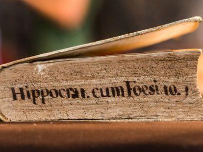 Uno de los dos volúmenes adquiridos del 'Hippocratis Coi medicorum omnium sine controversia', de 1546.