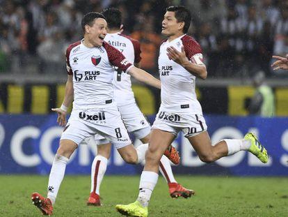Fernando Zuqui, izquierda, celebra un gol con la Pulga Rodríguez.