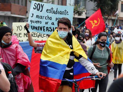 Manifestantes participan este lunes en otra jornada de protesta contra la violencia policial y las políticas económicas del Gobierno de Iván Duque, en Bogotá.