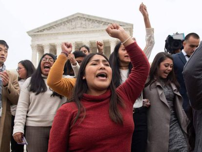 Una protesta de los 'dreamers', a la salida de la vista en el Supremo, en Washington.