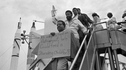 El reverendo Ralph Abernathy, en primer plano, protesta en Cabo Cañaveral contra el Programa Apolo, el 15 de julio de 1969.