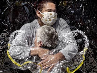'El primer abrazo', del danés Mads Nissen, foto del año en el concurso World Press Photo 2021.