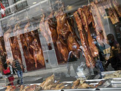 Vidriera de un restaurante de comida china en Lima, Perú, el 11 de julio.
