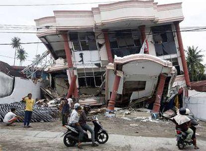 Los vecinos de Padang observan los estragos del terremoto.
