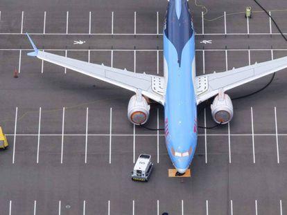 Un avión B737 MAX recién ensamblado estacionado en un aparcamiento