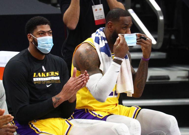 LeBron James y Anthony Davis en el banquillo de los Lakers, durante un partido.