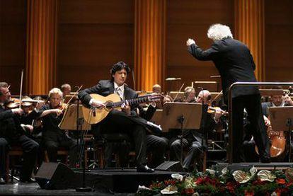 El guitarrista Juan Manuel Cañizares, la Filarmónica de Berlín y Simon Rattle (de espaldas) en el Teatro Real.
