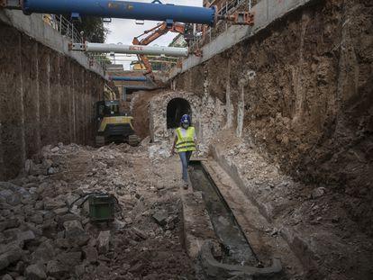 Una trabajadora camina por el interior de las obras del nuevo colector de aguas de la Avenida Diagonal en Barcelona el pasado 4 de agosto.