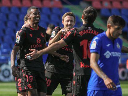 Alexander Isak celebra su gol con sus compañeros este domingo en Getafe.