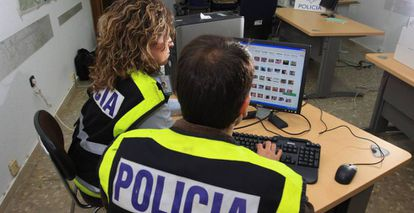 Agentes especializados en la lucha contra delitos informáticos.