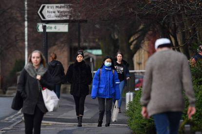 Un grupo de personas camina por una localidad del noreste de Inglaterra.