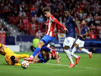 Griezmann intenta el remate ante el congoleño Mbemba en una buena ocasión del Atlético.