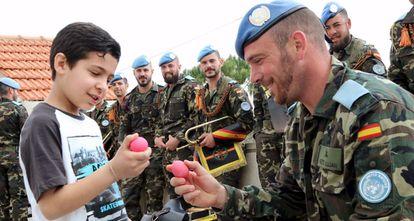 Un casco azul español juega con un niño el pasado domingo en Marjayún (Líbano).