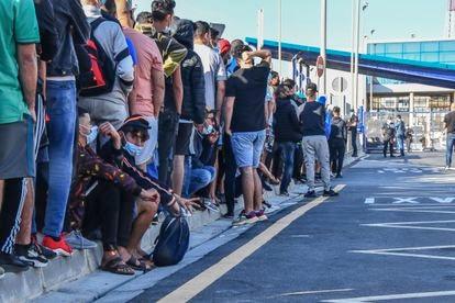 Larga cola de migrantes para pedir cita en la oficina de asilo en la frontera de El Tarajal (Ceuta), el miércoles.