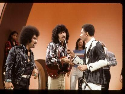 Jorge Santana, en el centro con la guitarra, durante una actuación televisiva de su grupo Malo en 1973.