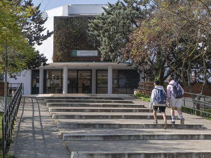 Dos alumnos, en el instituto Heliche en Olivares (Sevilla), donde tres estudiantes atacaron a un profesor en enero.