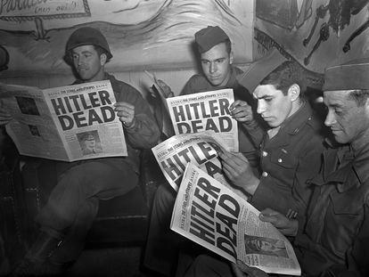 Militares estadounidenses leen el periódico del ejército 'Stars and Stripes' que anuncia la muerte de Hitler, el 2 de mayo de 1945.