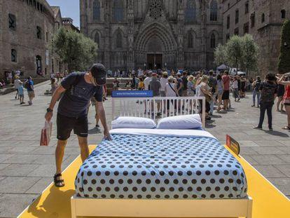El Ayuntamiento ha instando una cama en la Plaza de la Catedral