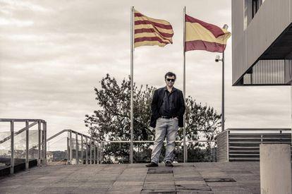 Javier Cercas, en la entrada de la comisaría de los Mossos d'Esquadra en Gandesa (Tarragona), donde sitúa su novela 'Terra Alta'.
