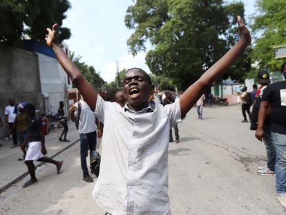 Un grupo de haitianos hacen huelga para protestar contra los secuestros a medida que aumenta la presión para liberar a los misioneros.