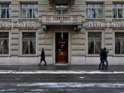 Unos ciudadanos pasean frente a una sede del banco Safra en Zurich en 2012.