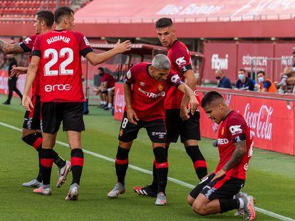 Cucho Hernández celebra su gol con sus compañeros este jueves en Son Moix en el partido entre el Mallorca y el Levante.