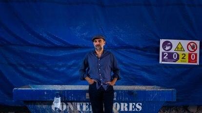 El cantante y guitarrista Joan Miquel Oliver en una zona de obras a las afueras de su estudio de Palma de Mallorca.