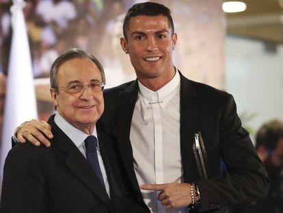 Florentino Pérez y Cristiano en el acto de la renovación del jugador, en noviembre de 2016.