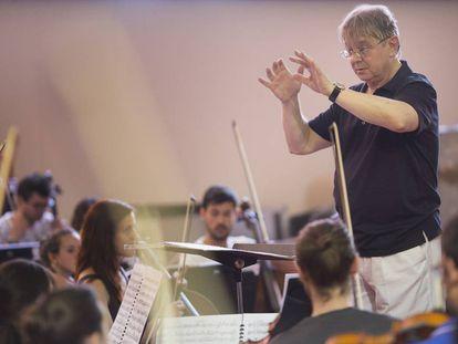 El director Víctor Pablo Pérez, en un ensayo con la Joven Orquesta Nacional en Pilas (Sevilla), el pasado 15 de junio.