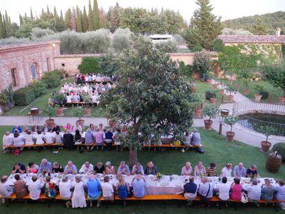 Cena del público y los músicos en los jardines de Sant' Anna in Camprena previa al concierto del martes por la noche.