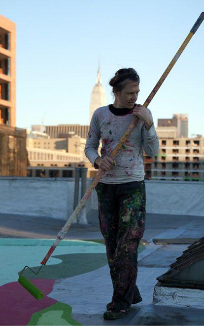 La artista Molly Dilworth, en plena faena en una azotea de Nueva York.