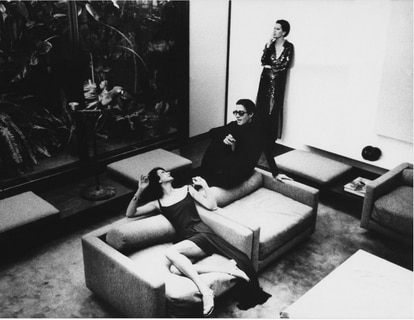 Halston, Elsa Peretti (standing) and Betsy Betsy Theodoracopulos (sitting) in the living room of 101, in 1975. They wear clothes designed by him.